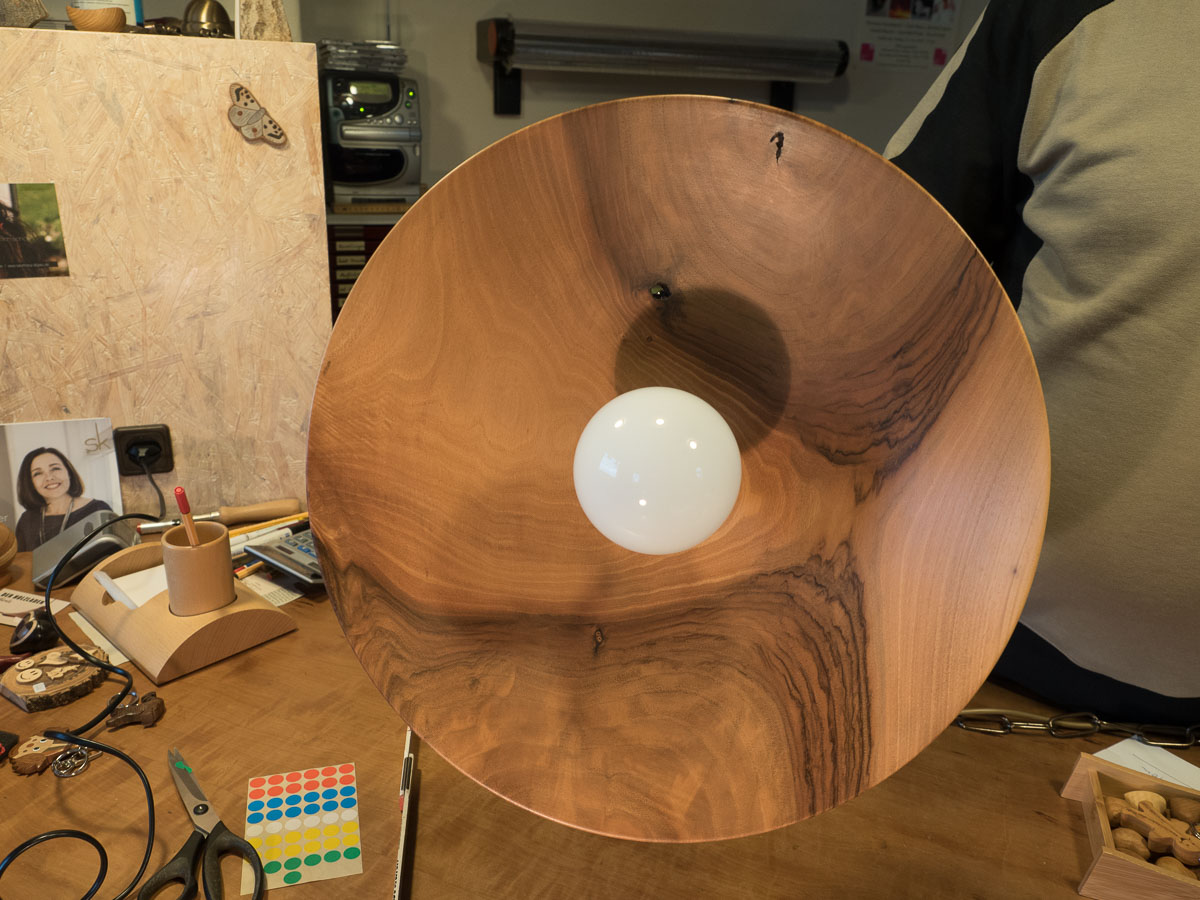 Lampe aus Nussbaumholz